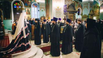 Чтение митрополитом Ювеналием Великого покаянного канона вТихвинском храме